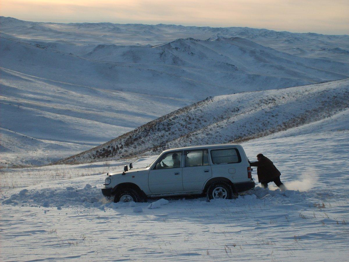 automóvil atorado en una nevada