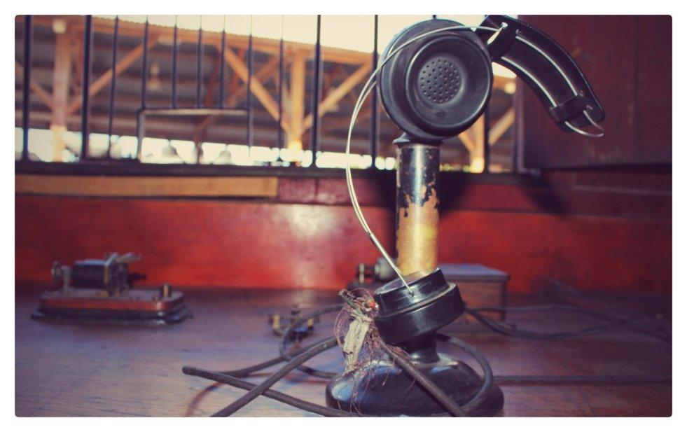 Telégrafo y teléfono antiguos