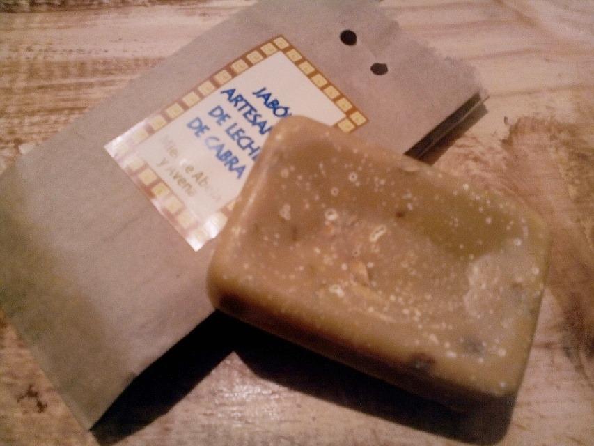 Jabón artesanal de leche de cabra con miel y avena