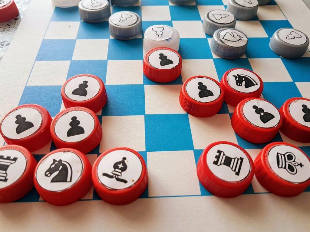 Las piezas de ajedrez en el tablero.